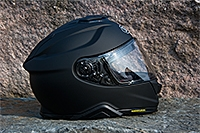 Shoei GT-Air 2, MC-hjälm på en sten